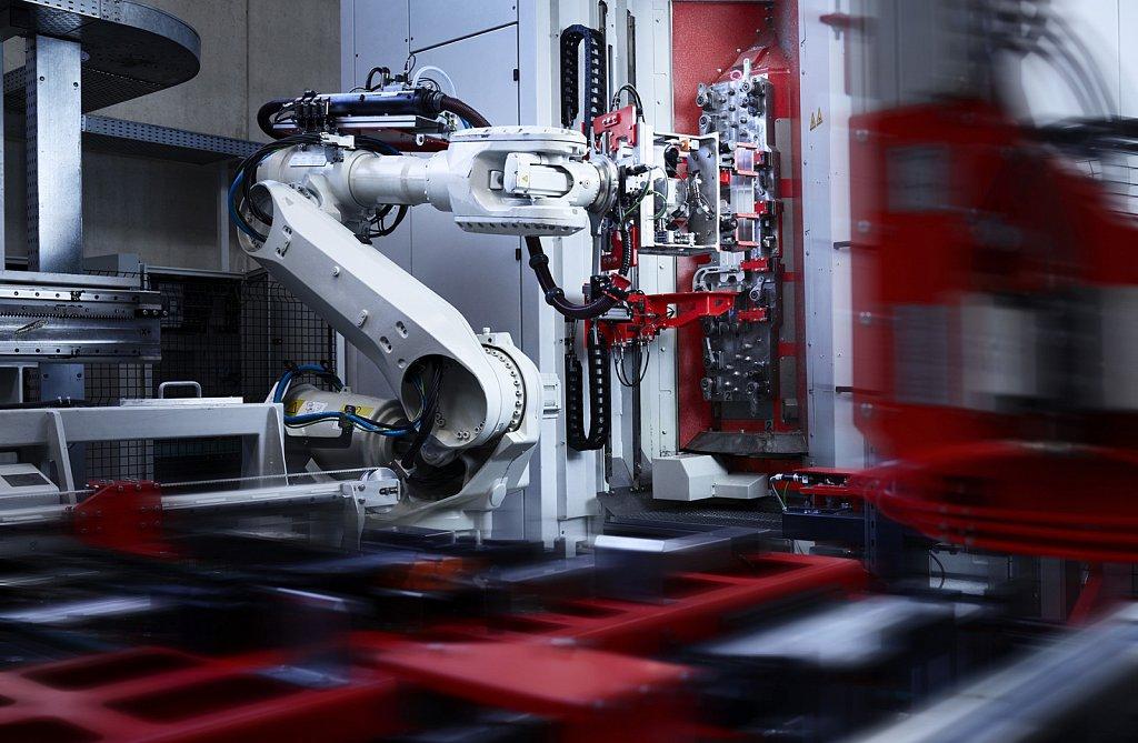 Industriefotografie-Thoeni-Roboterarm.jpg